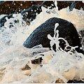 Fale rozbijając się o kamienie przybierają różne kształty ... w tym kostiumie, to tylko jeden na jeden :) #Kołobrzeg #plaża #karnawał #taniec #kamienie #fala