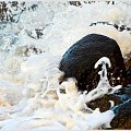 Fale rozbijając się o kamienie przybierają różne kształty ... chyba ma za duży ... kapelusz :) #Kołobrzeg #plaża #karnawał #taniec #kamienie #fala