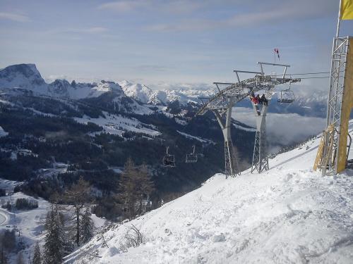 Jesteśmy na gartnerkofel, widok na krzesło Gartnerkofel i panoramę gór #Alpy #Austria #Narty #Nassfeld
