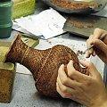 Tak się robi cloisonne- najpierw przykleja kształtki #Chiny