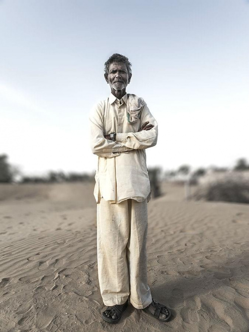 Mieszkaniec małej wioski na pustyni.