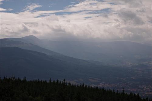 widok na Śnieżkę ze Skalnika w Rudawach Janowickich